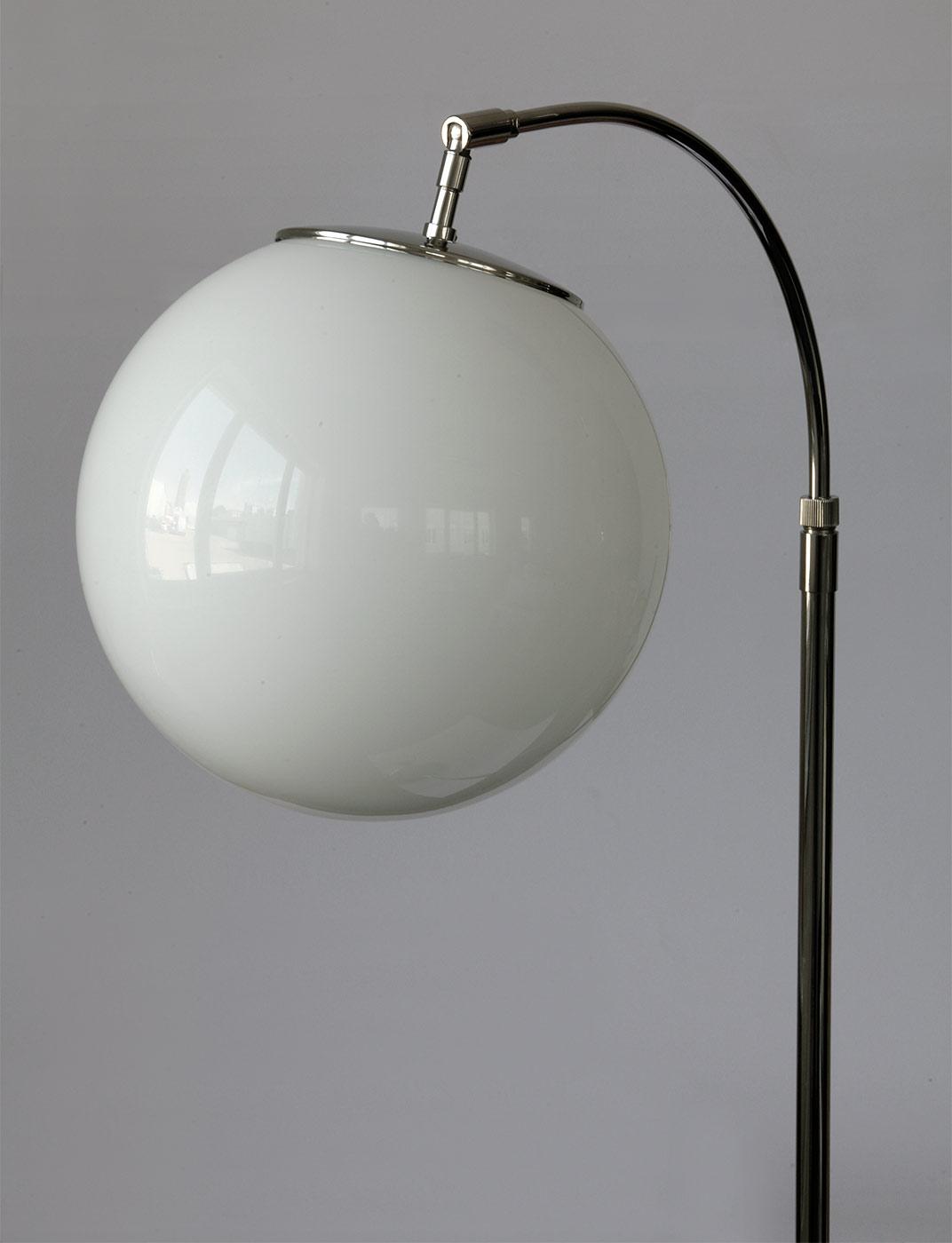 Zeitlose Stehleuchte Mit Opalglas Kugel Am Bogenarm Casa Lumi